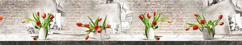 Скинали - Красные тюльпаны на столе, винтажный фон с фотографиями