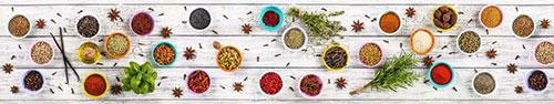 Скинали - Специи и травы на деревянном столе