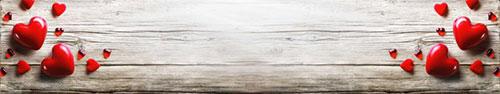 Скинали - Красные сердечки на деревянном фоне