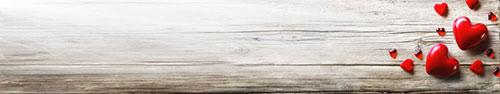 Скинали - Красные сердца на деревянном фоне