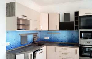Стекло для скинали в интерьере кухни - 32404