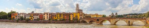 Скинали - Панорамный вид с реки на мост Понте Пьетра в Вероне