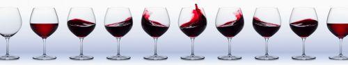 Скинали - Бокалы красного вина на светлом фоне