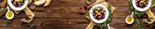 Скинали - Маринованные оливки на деревянном столе
