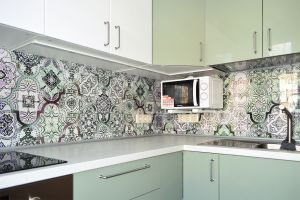 Абстракции для скинали в интерьере кухни - 34001