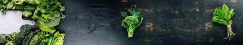 Скинали - Зеленые овощи и зелень на деревянной поверхности