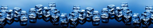 Скинали - Ряд кубиков льда на ярко-синем фоне