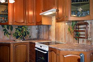 Древесина для скинали в интерьере кухни - 22059