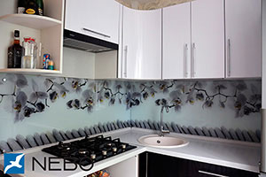 Орхидеи для скинали в интерьере кухни - 21986