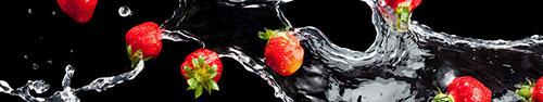Скинали - Клубника в воде на черном фоне