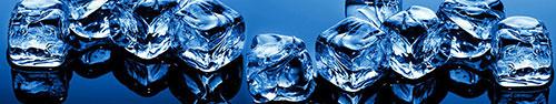Скинали - Кубики льда на глубоком черно-синем фоне