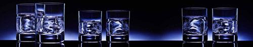Скинали - Рюмки с водкой и льдом на фоне светящегося фиолетового сзади