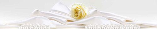 Скинали - Жемчуг у белой розы, лежащей на шелке