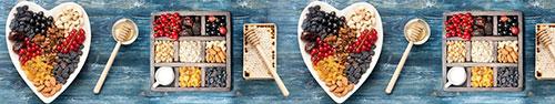 Скинали - Свежие ягоды, орехи и сухофрукты на деревянном фоне