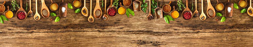Скинали - Ароматные специи в деревянных ложках на столе