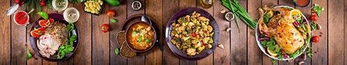 Скинали - Различные вкусные блюда на деревянном столе, вид сверху