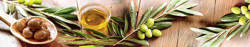 Скинали - Свежие и маринованный оливки на деревянном столе