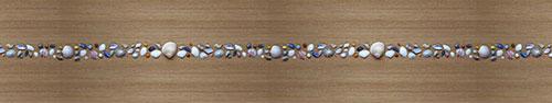 Скинали - Ряд маленьких ракушек на деревянном фоне