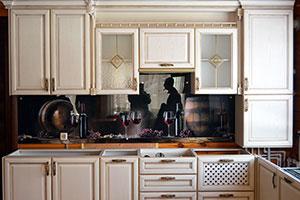 Бокалы для скинали в интерьере кухни - 22477